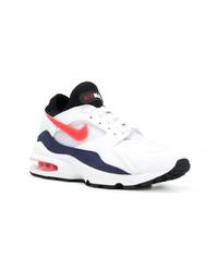weiße und rote und dunkelblaue Sportschuhe
