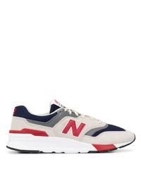 weiße und rote und dunkelblaue Sportschuhe von New Balance