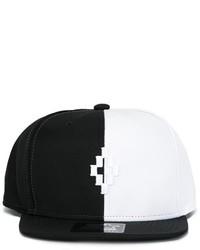 weiße und schwarze Baseballkappe