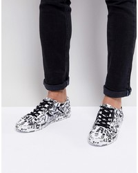 weiße und schwarze bedruckte Leder niedrige Sneakers