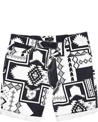 weiße und schwarze bedruckte Shorts
