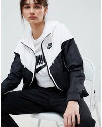 weiße und schwarze bedruckte Windjacke von Nike