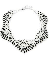 weiße und schwarze Halskette