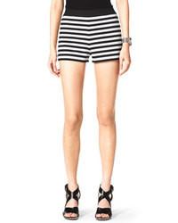 weiße und schwarze horizontal gestreifte Shorts