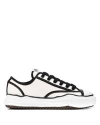 weiße und schwarze Segeltuch niedrige Sneakers von Maison Mihara Yasuhiro