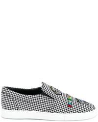 weiße und schwarze Slip-On Sneakers mit Karomuster von Mira Mikati