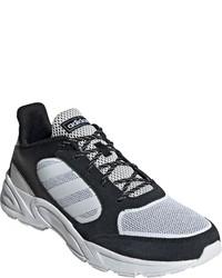 weiße und schwarze Sportschuhe von adidas