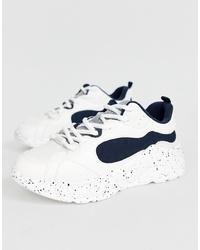 weiße und schwarze Sportschuhe von Bershka
