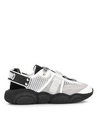 weiße und schwarze Sportschuhe von Moschino