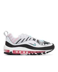 weiße und schwarze Sportschuhe von Nike