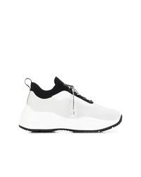 weiße und schwarze Sportschuhe von Prada