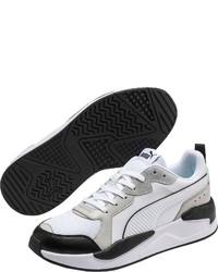 weiße und schwarze Sportschuhe von Puma