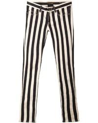 weiße und schwarze vertikal gestreifte enge Jeans