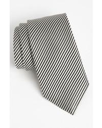 weiße und schwarze vertikal gestreifte Krawatte