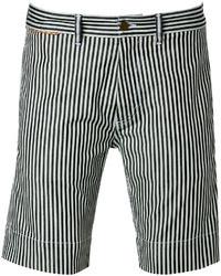 weiße und schwarze vertikal gestreifte Shorts