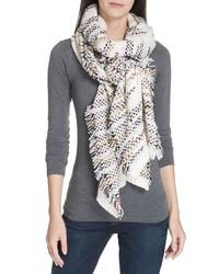 weißer geflochtener Schal