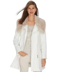 weißer Mantel mit einem Pelzkragen