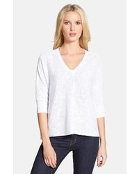 weißer Pullover mit einem V-Ausschnitt