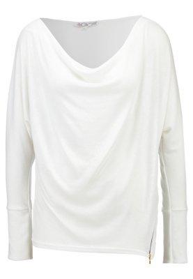 weißer Pullover mit einer weiten Rollkragen