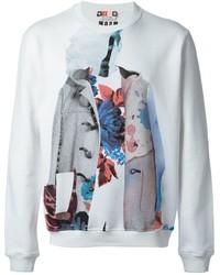weißer und blauer bedruckter Pullover mit einem Rundhalsausschnitt