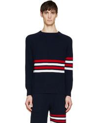 weißer und roter und dunkelblauer Pullover mit einem Rundhalsausschnitt