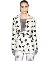 weißer und schwarzer bedruckter Mantel