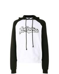 weißer und schwarzer bedruckter Pullover mit einem Kapuze