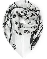 weißer und schwarzer bedruckter Schal