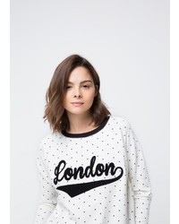 weißer und schwarzer gepunkteter Pullover mit einem Rundhalsausschnitt