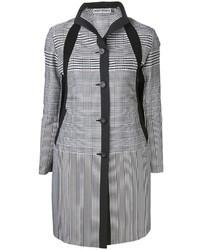 weißer und schwarzer Mantel mit geometrischen Mustern