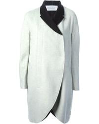 weißer und schwarzer Mantel