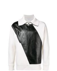 weißer und schwarzer Pullover mit einem Reißverschluss am Kragen