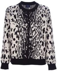 weißer und schwarzer Pullover mit einem Rundhalsausschnitt mit Leopardenmuster