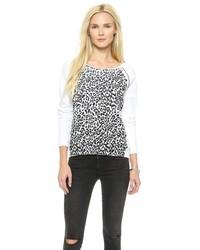 weißer und schwarzer Pullover mit einem Rundhalsausschnitt mit Leopardenmuster von Rebecca Minkoff