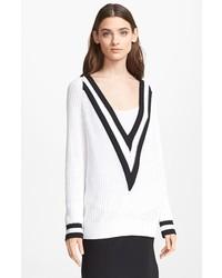 weißer und schwarzer Pullover mit einem V-Ausschnitt