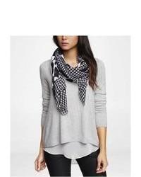 weißer und schwarzer Schal mit Hahnentritt-Muster