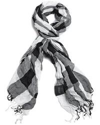 weißer und schwarzer Schal mit Karomuster
