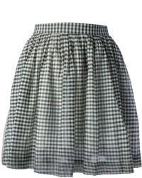Dunkelblauer Pullover mit einem Rundhalsausschnitt weißer und schwarzer  Skaterrock mit Vichy-Muster 0ba73542f4