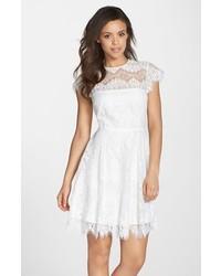 weißes ausgestelltes Kleid aus Spitze