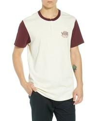 weißes bedrucktes T-shirt mit einer Knopfleiste