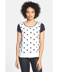 weißes gepunktetes T-Shirt mit einem Rundhalsausschnitt