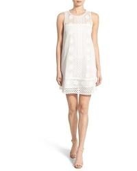 weißes gerade geschnittenes Kleid aus Häkel