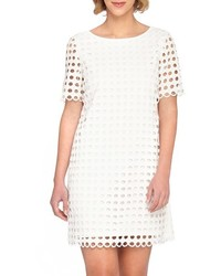 weißes gerade geschnittenes Kleid mit Lochstickerei