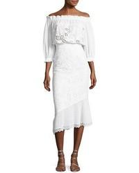 weißes schulterfreies Kleid mit Lochstickerei
