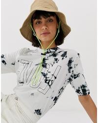 weißes T-Shirt mit einem Rundhalsausschnitt mit Batikmuster