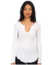 weißes T-shirt mit einer Knopfleiste
