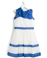 weißes und blaues horizontal gestreiftes Kleid