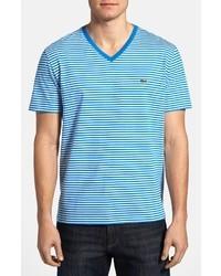 weißes und blaues horizontal gestreiftes T-Shirt mit einem V-Ausschnitt