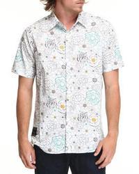 weißes und blaues Kurzarmhemd mit Blumenmuster