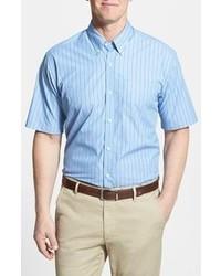 weißes und blaues vertikal gestreiftes Kurzarmhemd